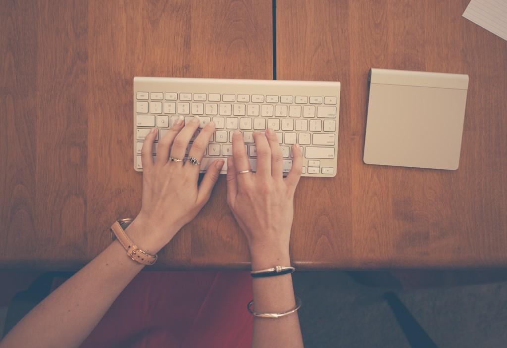 hands-woman-apple-desk