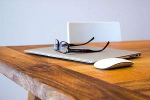 apple-desk-office-technology (1)